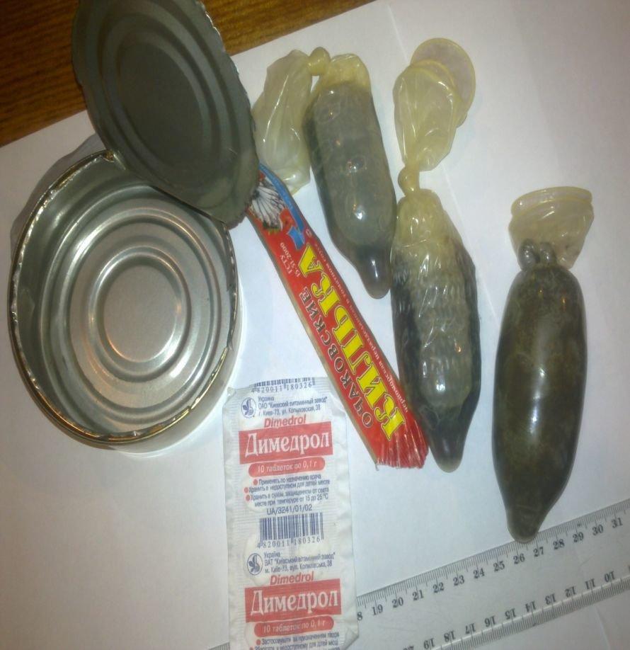 На Днепропетрощине преступник носил наркотики в консервах и презервативах (ФОТО), фото-1