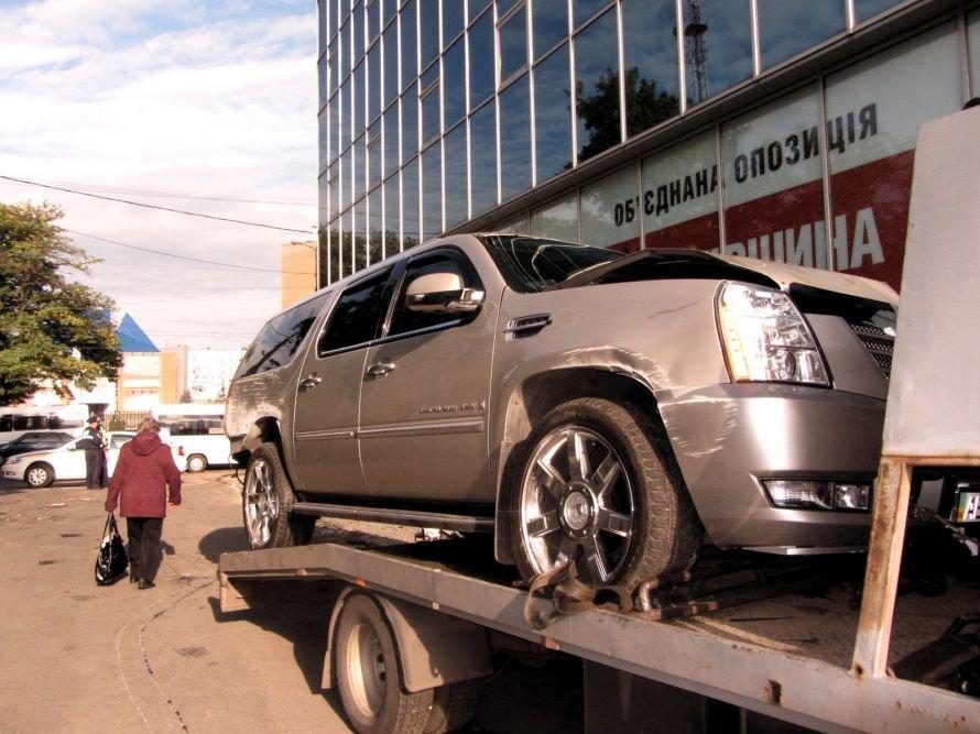 Политики-оппозиционеры считают, что наезд на днепропетровский офис  «Батькіщини» кадиллака не был случайностью, фото-2