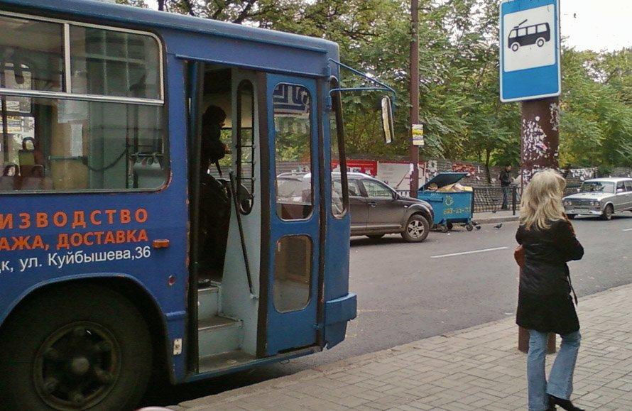 В донецких троллейбусах, которые с сегодняшнего дня остались без кондукторов, царит хаос (фото), фото-1