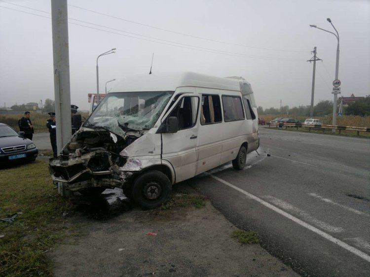 В Днепропетровске маршрутка столкнулась с грузовиком. Полдюжины людей травмированы (ФОТО), фото-1