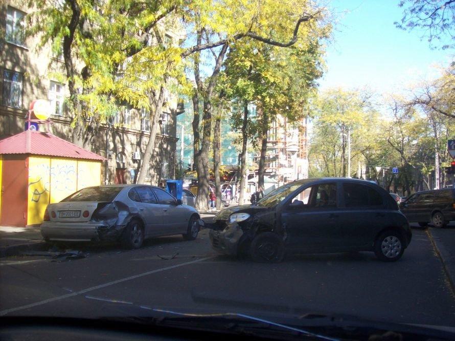 В центре Одессы Ниссан разворотил зад Лексусу (Фото), фото-1