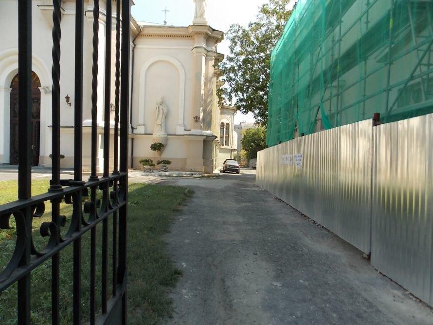 Одесских католиков подвинут: в споре за землю победил магазин, фото-1