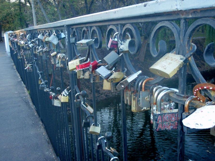 Безопасны ли замочки, которые влюбленные вешают на мосту в парке им. газеты «Правда» в Кривом Роге? (ФОТО), фото-10