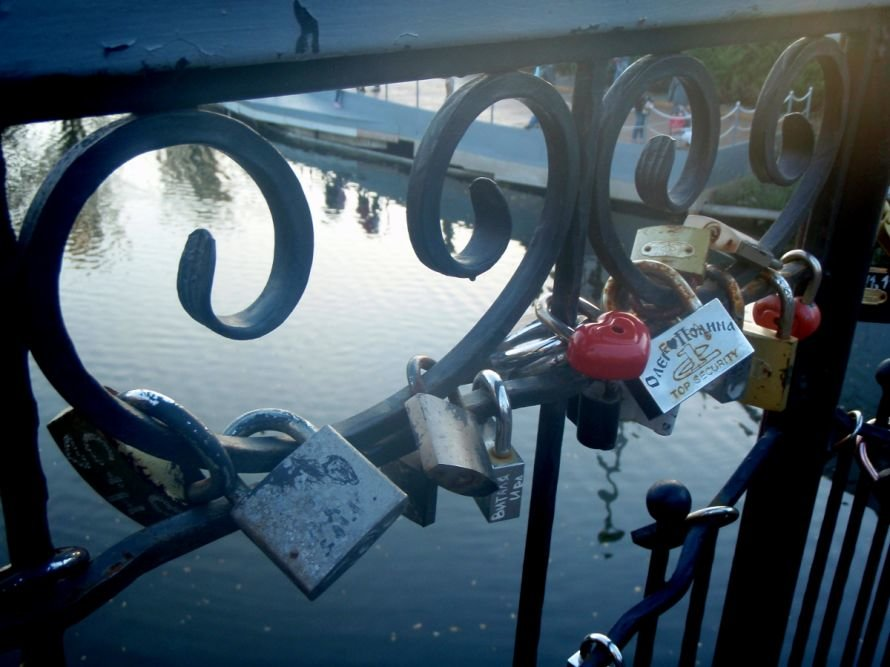 Безопасны ли замочки, которые влюбленные вешают на мосту в парке им. газеты «Правда» в Кривом Роге? (ФОТО), фото-4