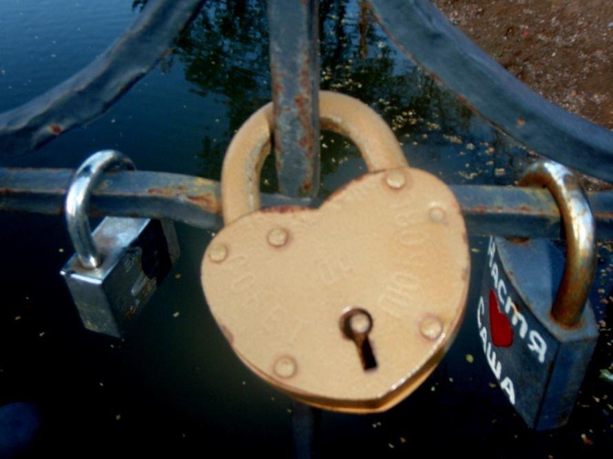 Безопасны ли замочки, которые влюбленные вешают на мосту в парке им. газеты «Правда» в Кривом Роге? (ФОТО), фото-3