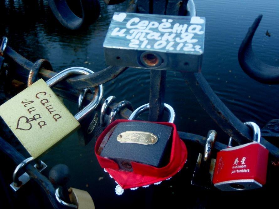 Безопасны ли замочки, которые влюбленные вешают на мосту в парке им. газеты «Правда» в Кривом Роге? (ФОТО), фото-9