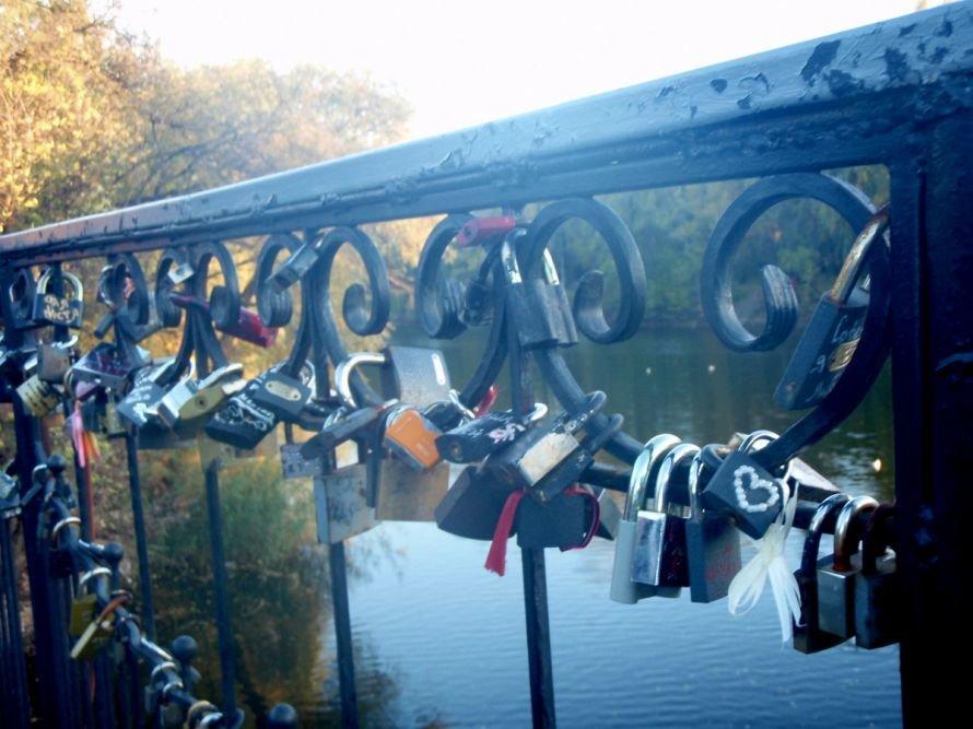 Безопасны ли замочки, которые влюбленные вешают на мосту в парке им. газеты «Правда» в Кривом Роге? (ФОТО), фото-11