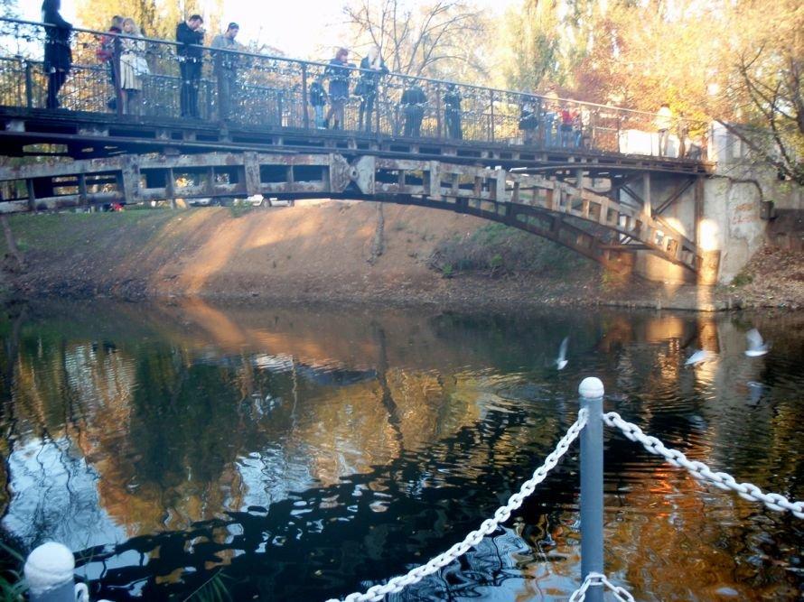 Безопасны ли замочки, которые влюбленные вешают на мосту в парке им. газеты «Правда» в Кривом Роге? (ФОТО), фото-1
