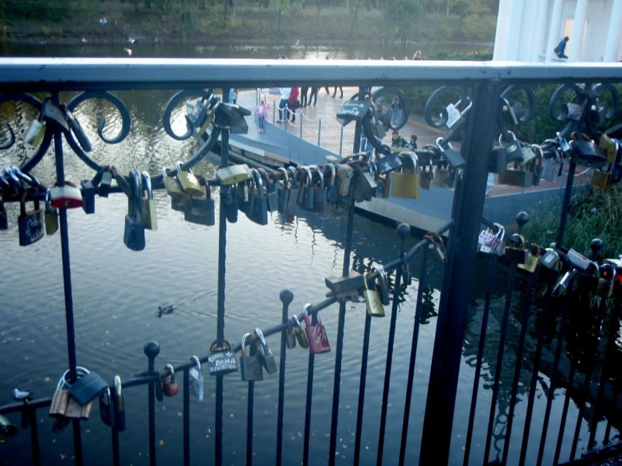 Безопасны ли замочки, которые влюбленные вешают на мосту в парке им. газеты «Правда» в Кривом Роге? (ФОТО), фото-12