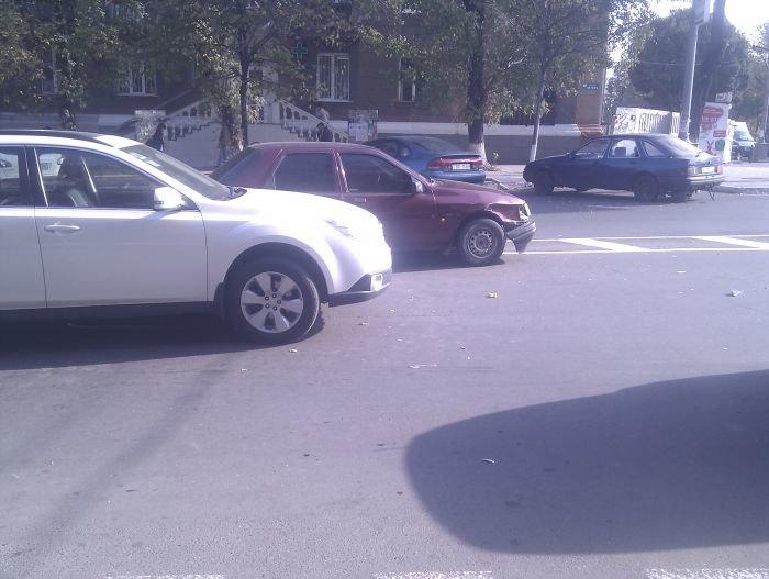 В Мариуполе  автомобилисты «догоняли» друг друга (Фотофакт), фото-1