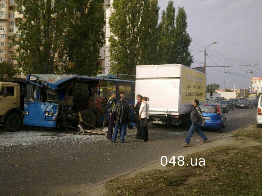 В Одессе на Таирова масштабная авария: грузовик снес половину троллейбуса (фото), фото-1