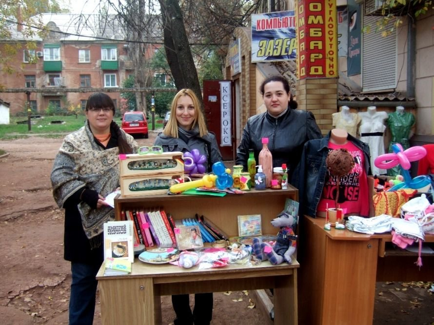 На благотворительной ярмарке в Кривом Роге собирали деньги на лечение тяжелобольной молодой мамы (фото) - фото 1