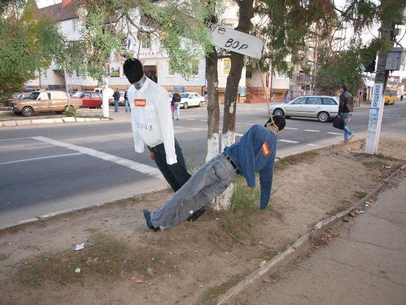 В Белгороде-Днестровском снимали с дерева «повешенных» манекенов (Фотофакт), фото-1