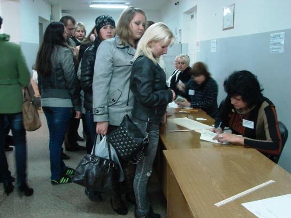 В Артемовске вовремя открылись все избирательные участки. Их штурмуют пенсионеры и студенты, фото-4