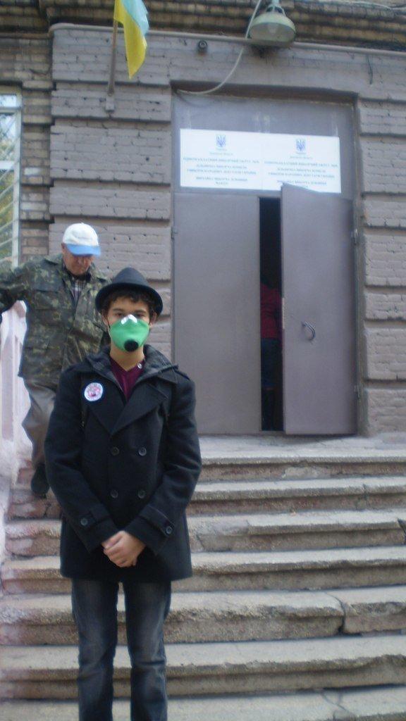 В Мариуполе на избирательные участки приходят голосовать в противогазах (ФОТО), фото-1