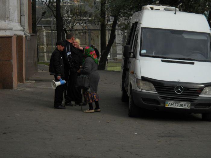В Мариуполе избирателей подвозят к участкам на автобусах и легковушках (Дополнено ФОТО), фото-3