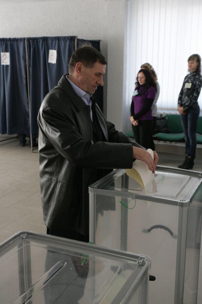 В Мариуполе гендиректор ММКИ В.Бойко во время голосования столкнулся с участниками «экологического сопротивления» (ФОТО), фото-1