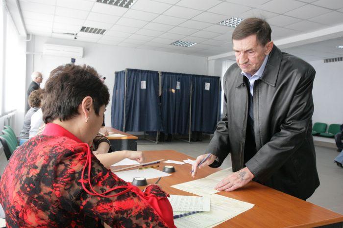 В Мариуполе гендиректор ММКИ В.Бойко во время голосования столкнулся с участниками «экологического сопротивления» (ФОТО), фото-3