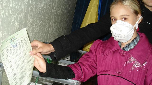 В Мариуполе жители поддержали идею голосования в противогазах (ФОТО), фото-6