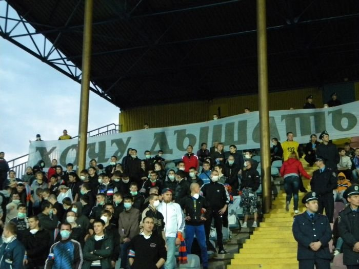 В Мариуполе фанаты устроили экологическую акцию во время футбольного матча (ФОТОРЕПОРТАЖ), фото-1