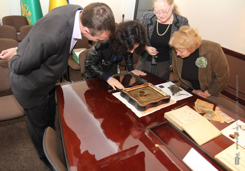 Таможенники подарили крымским музеям полсотни раритетов (фото), фото-1