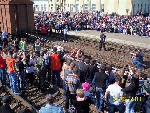 Мариупольский силач Александр Лашин на своих плечах, после хорошей разминки и массажа протащил 30 железнодорожных вагонов (ФОТО), фото-1