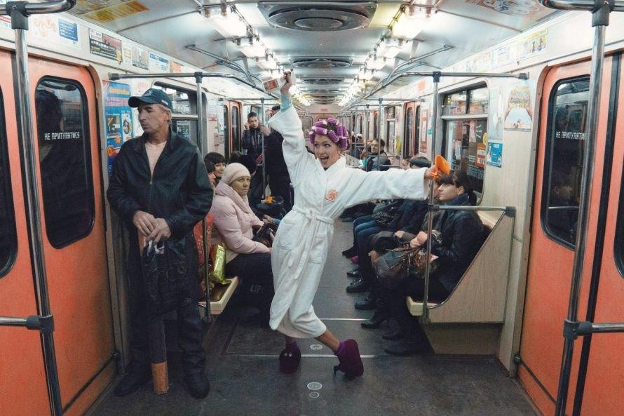 Почему харьковчанка ехала в метро в халате и бигудях: тайна раскрыта (ФОТО, ВИДЕО), фото-1