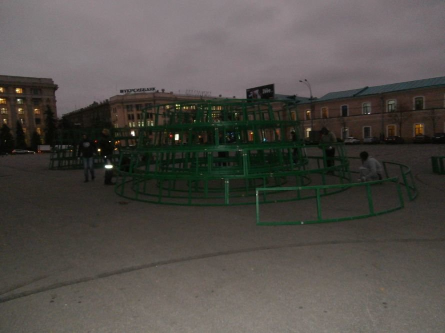 На площади Свободы устанавливают елку, а супермаркеты обвешаны дождиком: Харьков  начал готовиться к новому году (ФОТО), фото-8