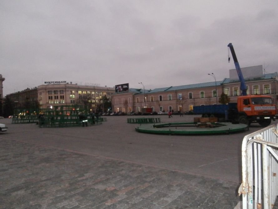 На площади Свободы устанавливают елку, а супермаркеты обвешаны дождиком: Харьков  начал готовиться к новому году (ФОТО), фото-5