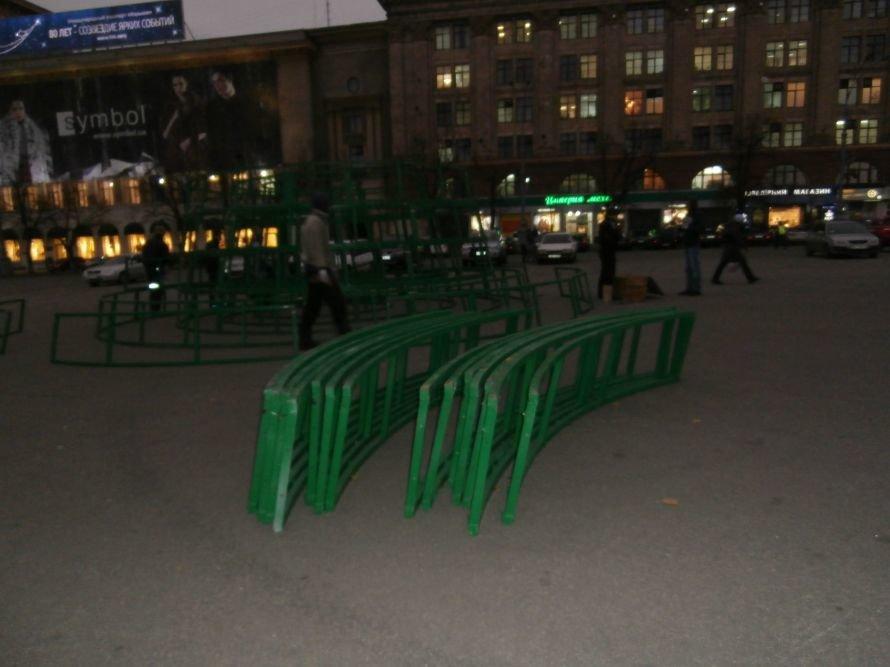 На площади Свободы устанавливают елку, а супермаркеты обвешаны дождиком: Харьков  начал готовиться к новому году (ФОТО), фото-1