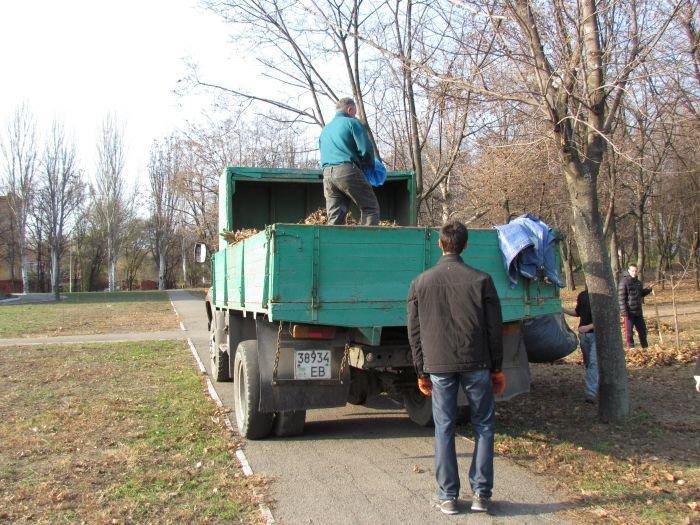 На молодежном субботнике в Мариуполе Юрий Хотлубей решил разбить сквер (ФОТО), фото-11