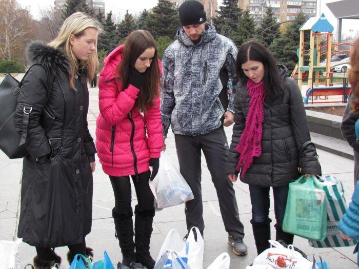 В Мариуполе десятки неравнодушных отдали животным продукты, газеты и даже матрас (ФОТО), фото-11