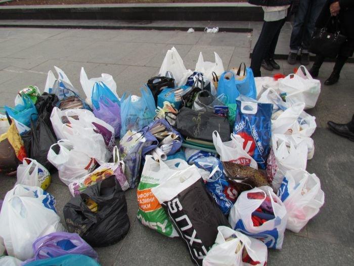 В Мариуполе десятки неравнодушных отдали животным продукты, газеты и даже матрас (ФОТО), фото-14