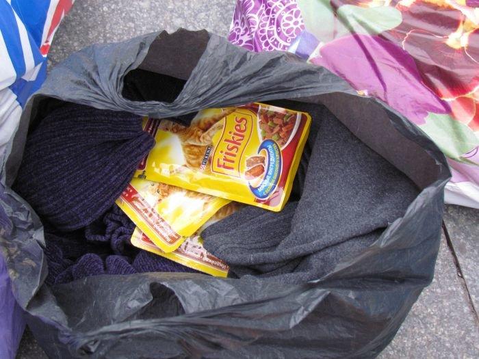 В Мариуполе десятки неравнодушных отдали животным продукты, газеты и даже матрас (ФОТО), фото-15