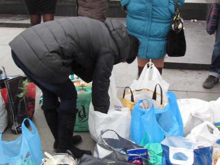 В Мариуполе десятки неравнодушных отдали животным продукты, газеты и даже матрас (ФОТО), фото-8