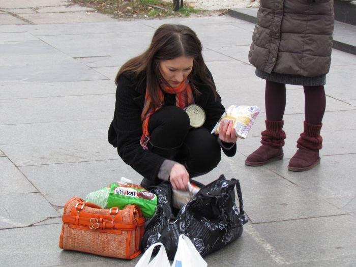 В Мариуполе десятки неравнодушных отдали животным продукты, газеты и даже матрас (ФОТО), фото-17