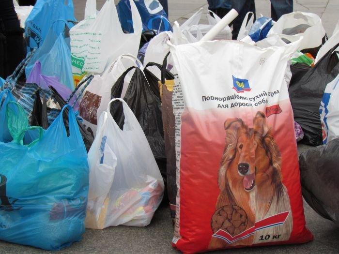В Мариуполе десятки неравнодушных отдали животным продукты, газеты и даже матрас (ФОТО), фото-4