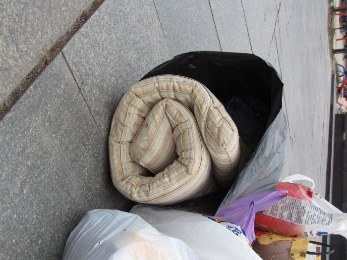 В Мариуполе десятки неравнодушных отдали животным продукты, газеты и даже матрас (ФОТО), фото-2
