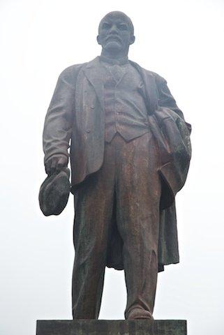 Днепродзержинск памятник Ленину облит краской