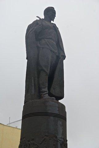 Днепродзержинск памятник Дзержинскому облит краской