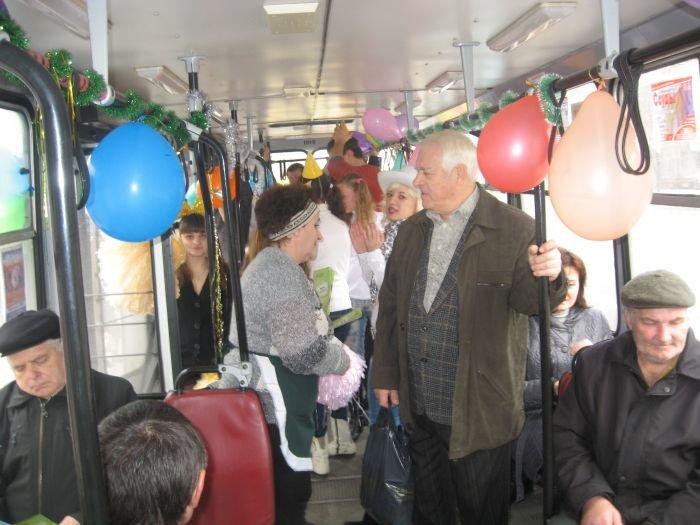 В Мариуполе сегодня курсировал веселый  троллейбус (Фотофакт), фото-6