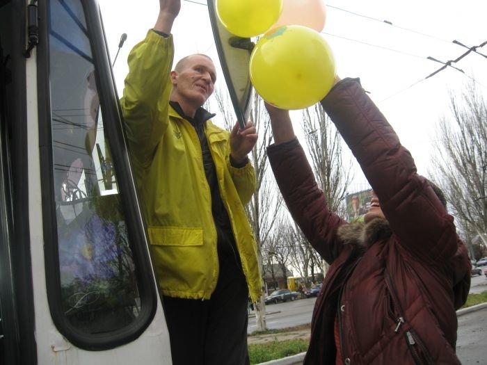В Мариуполе сегодня курсировал веселый  троллейбус (Фотофакт), фото-1