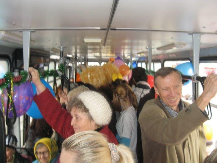 В Мариуполе сегодня курсировал веселый  троллейбус (Фотофакт), фото-3