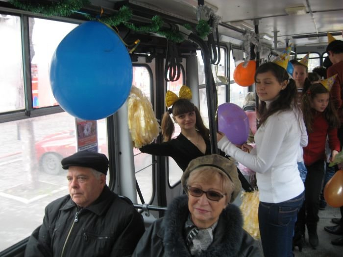 В Мариуполе сегодня курсировал веселый  троллейбус (Фотофакт), фото-5