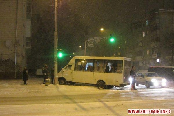 Тройное ДТП в Житомире: маршуртка с пассажирами вылетела на тротуар. Есть пострадавший (ФОТО), фото-1