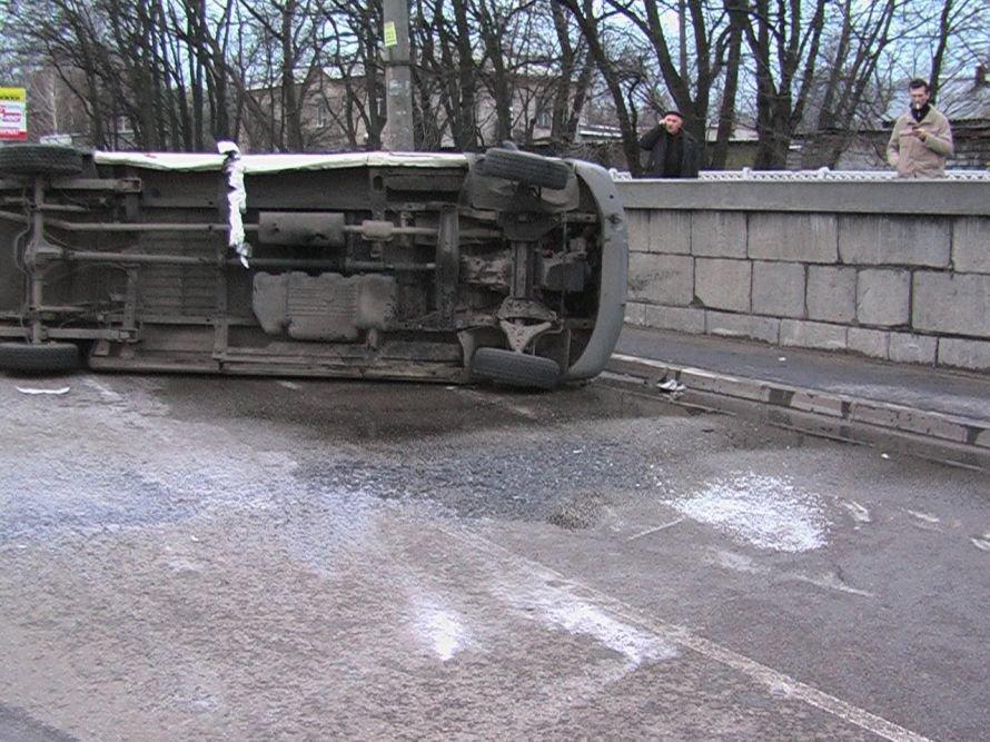 В Днепропетровске перевернулась маршрутка (ФОТО), фото-1