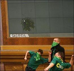 Парламент атакован зелеными яйцами! ФОТО, фото-1