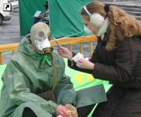 """""""Зеленые"""" раздают презервативы и бреют противогаз. Фото, фото-1"""