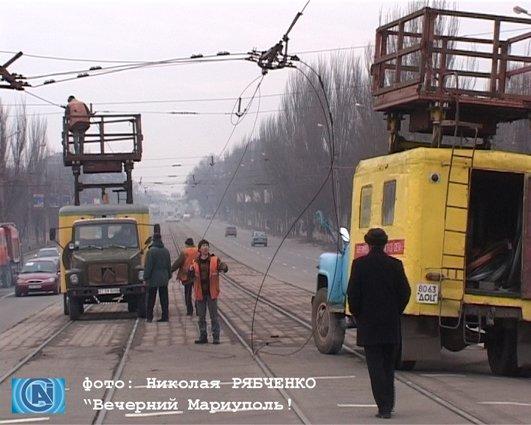 Автомобиль КРАЗ рушит улицы города, фото-1