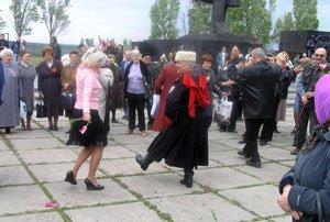 Депутат от БЮТ подарил мариупольским ветеранам праздничный концерт  , фото-1